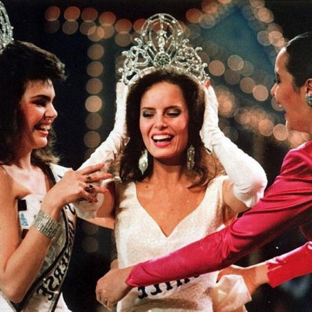 Сесилия Болокко, Чили. «Мисс Вселенная — 1987». 22 года, рост 173 см.