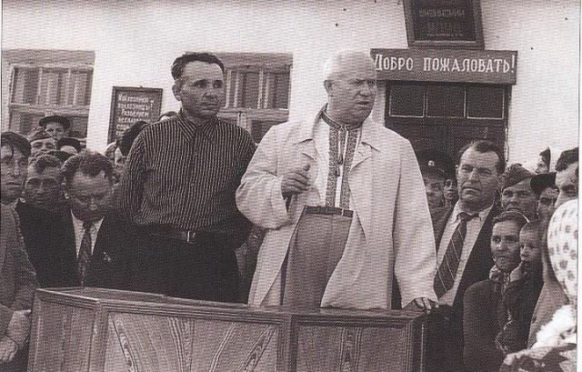 В 1908 году Хрущев с семьей переехал на Донбасс, в период с 1944 до 1947 работал Председателем Совета Министров Украинской ССР, а затем был избран первым секретарем ЦК КП(б) Украины. После переезда в Москву, он даже на прием к Сталину ходил в вышиванке, отлично танцевал гопак и варил борщи.
