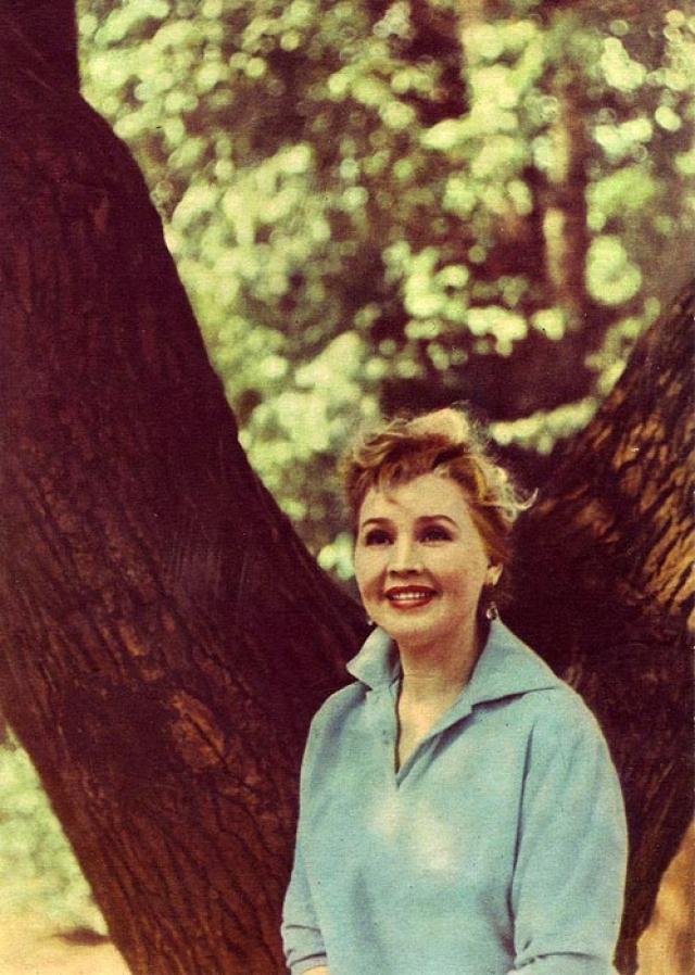 В 1970 году актриса уехала из Москвы к своей сестре в Новосибирск. Зная о неизлечимости своей болезни, 25 апреля 1970 года она бросилась под поезд на узловой станции Новосибирска.