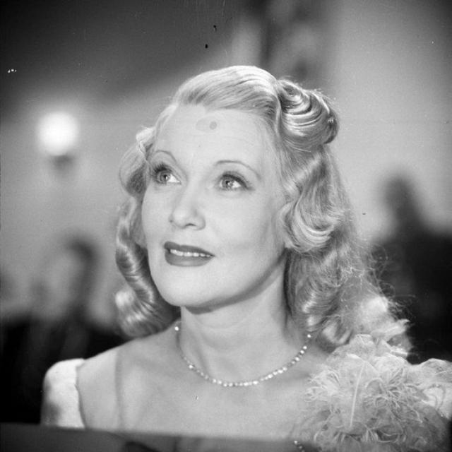 Из своих многочисленных поездок за границу она привозила не только последние модели нарядов, коих у актрисы было фантастическое количество, но и специальную лечебную косметику.