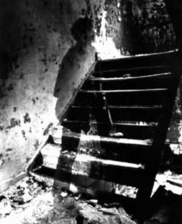 Это очень старый снимок, который был сделан во время реконструкции дома. Предположительно, на нем призрак солдата Конфедерации, умершего во время американской гражданской войны.