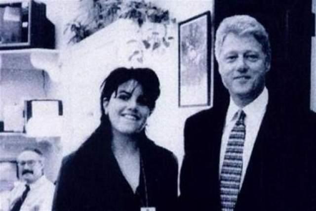 Они познакомились во время избирательной кампании Клинтона. В 1995 году Моника уже работала стажером в Белом доме, и ее регулярно замечали выходящей из Овального кабинета, посещение которого не входило в ее прямые обязанности.