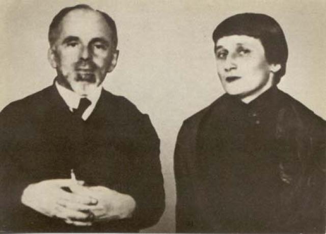 Замужняя Ахматова дружила с Блоком, роман с которым ей упорно приписывали, с Мандельштамом (на фото), который в те годы безуспешно пытался за нею ухаживать, Пастернаком, который семь раз делал ей предложение, хотя и не был по-настоящему влюблен.