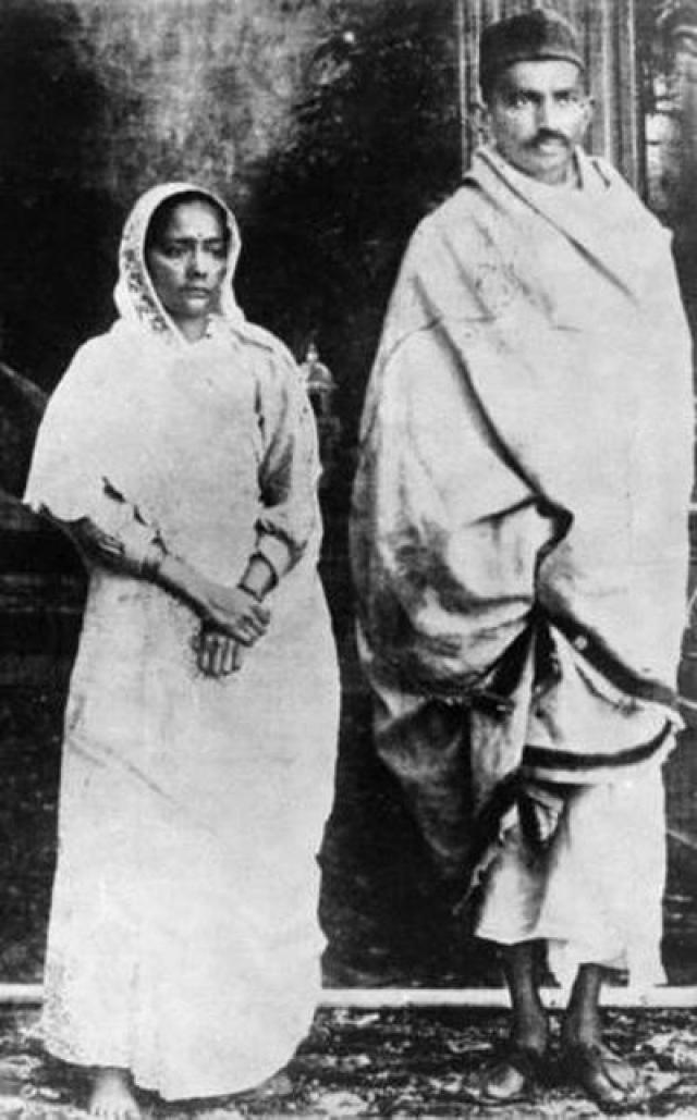 Кастурбай Ганди - единственная жена Махатмы Ганди. Она родила ему четверых сыновей. Махатма и Кастурбай сочетались браком, когда ему было всего 13 лет.