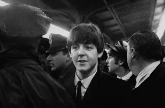 """После того, как в августе 1963 года The Beatles выпустили свой четвертый сингл """"She loves you"""", была запущена цепочка национального и всемирного бума популярности группы., перешедшей впоследствии за рамки музыкального и культурного явления в социальную и политическую сферу."""