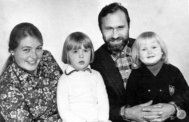Лидия Федосеева-Шукшина и Василий Шукшин с дочерьми Машей и Олей.