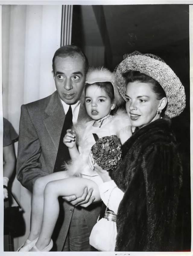 """Лайза Миннелли. Американская актриса и певица, обладательница премии """"Оскар"""" - дочь легендарной актрисы Джуди Гарленд и ее второго мужа, режиссера Винсента Миннелли."""