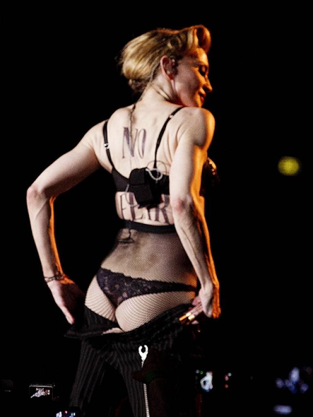Мадонна , несмотря на почтенный возраст, любит демонстрировать ягодицы и полное отсутствие целлюлита.