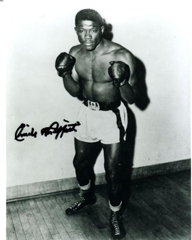 """Бенни """"Кид"""" Парет (боксер, 25 лет). Едва ли не через всю карьеру кубинца Парета проходила линия конфликта с американцем Эмилем Гриффитом. 24 марта 1962 года ненавидящие друг друга спортсмены встретились на известной арене Мэдисон сквер гарден в Нью-Йорке."""