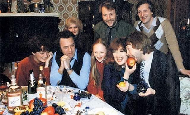 За праздничным столом Алла Пугачева, Илья Резник, Кристина Орбакайте и мужская часть группы АВВА.