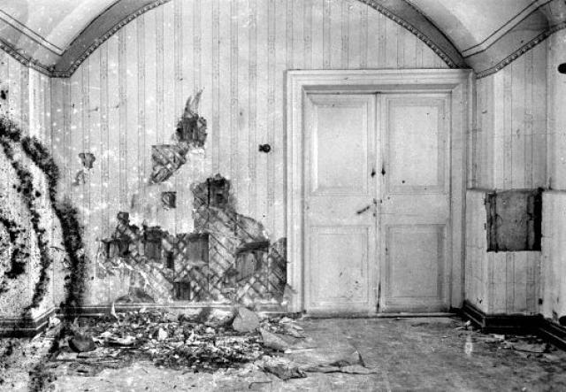 Соответственно, был промежуток времени, когда тела жертв остались без присмотра в грузовике, в подвале и в коридоре дома. Некоторые охранники, которые не участвовали в убийствах и сочувствовали великим княжнам, по некоторым сведениям остались в подвале с телами.
