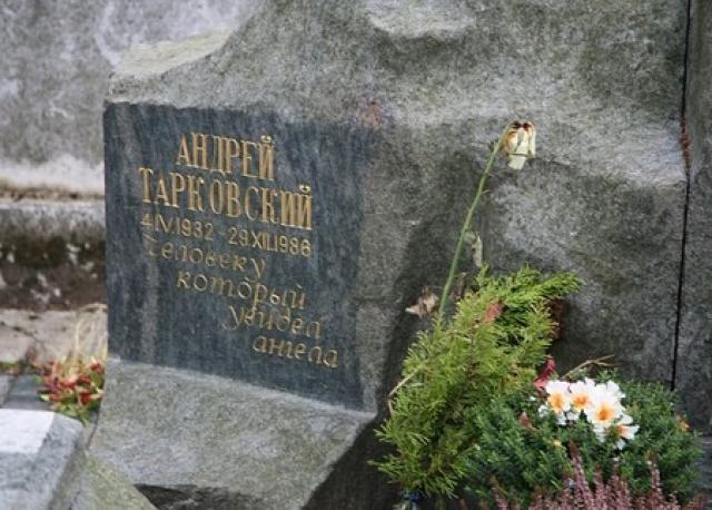 """Тарковский умер в Париже в возрасте 54 лет 29 декабря 1986 года. Похороны состоялись 3 января на русском кладбище Сент-Женевьев-де-Буа под Парижем. """"Человек, который видел ангела"""" - такая надпись сделана на памятнике."""