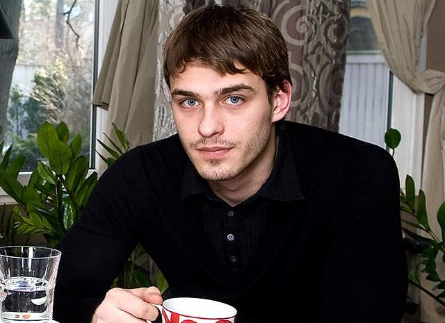 """А в прошлом году Василий дважды выпадал из окна своего дома ,получив в результате диагноз """"шизофрения"""". Из клиники актера забрала под подписку мать."""