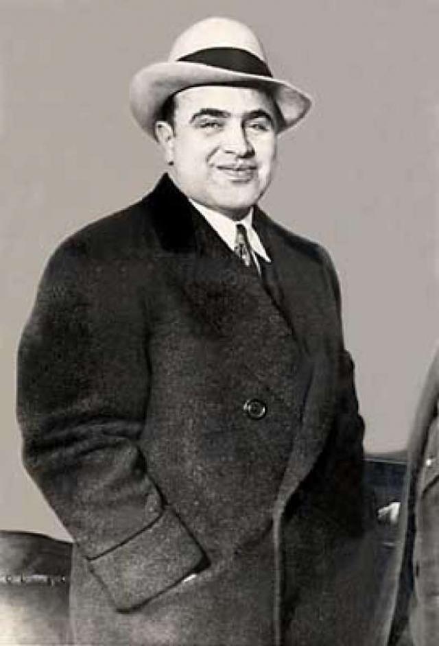 """Жена Капоне, как правило, находилась в """"ссылке"""", тогда как мафиози содержал кучу любовниц и отбирал все новых девиц из своих борделей."""