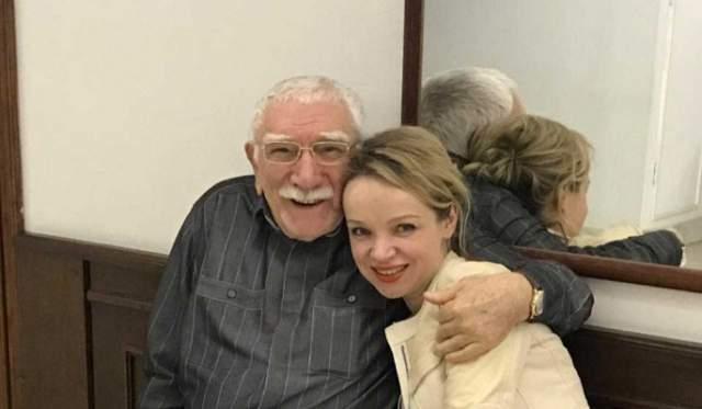 О романе Джигарханяна и Цимбалюк-Романовской было известно давно. Однако до зимы 2016 года пара ограничивалась гражданскими отношениями, которые по словам Витамины, длились уже 15 лет. В итоге Армен все-таки сделал предложение руки и сердца молодой возлюбленной.