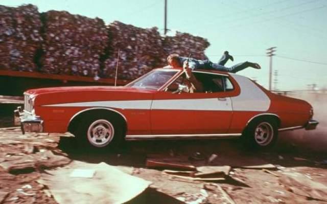 """Ford Gran Torino 1976 года В оригинальном сериале 70-х годов """"Старик и Хатч"""" герои ездили на красном Ford Gran Torinp, который так же принял участие в съемках римейка с Беном Стиллером в главной роли."""