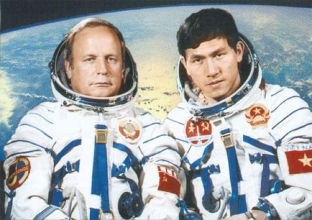 """Третий старт состоялся в июле 1980 года на космических кораблях """"Союз-36"""", """"Союз-37"""" и орбитальной станции """"Салют-6"""" совместно с гражданином Вьетнама Фам Туаном."""