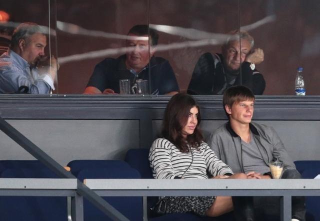 Юлия регулярно делает заявления в прессе по поводу того, что футболист игнорирует собственных детей как материально, так и психологически.