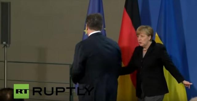 Лидер Украины после окончания выступления улыбнулся Меркель и развернулся, Даме же пришлось догонять коллегу, чтобы протянуть ему руку.