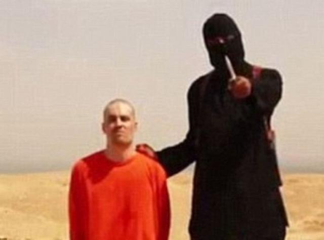 """Через два года экстремистская компания """"Аль-Фуркан"""" разместила на сайте """"YouTube"""" пропагандистское видео под названием """"Послание Америке"""": обритый Фоли, одетый в оранжевый комбинезон, стоит на коленях и под принуждением читает подготовленное боевиками заявление."""