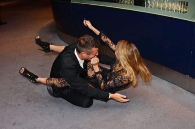 Кара Делевинь не удержалась на ногах в Лондоне на вручении премии Человек года 2014 по версии GQ.