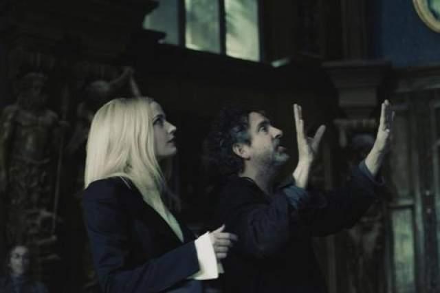 """Ева Грин и Тим Бертон на съемках фильма """"Мрачные тени""""."""