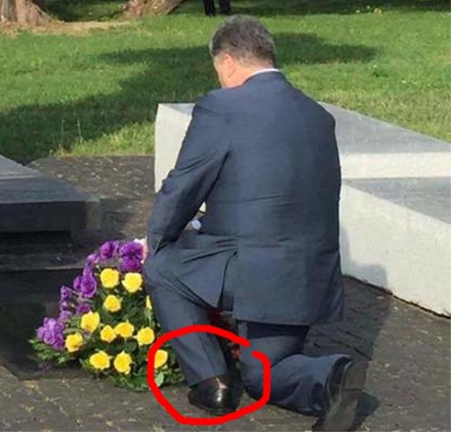 """На фотографии виден сильно порванный носок на пятке левой ноги украинского президента. """"В целых носках меньше денег подают, что вы понимаете,"""" - съязвили пользователи."""