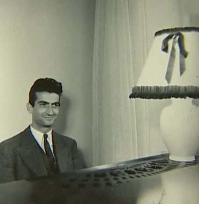 В молодости Луи увлекался рисованием и игрой на фортепиано и в итоге стал пианистом. Играл в основном джаз в Пигале. Посетители заведения искренне веселились, наблюдая как музыкант корчит гримасы во время игры.