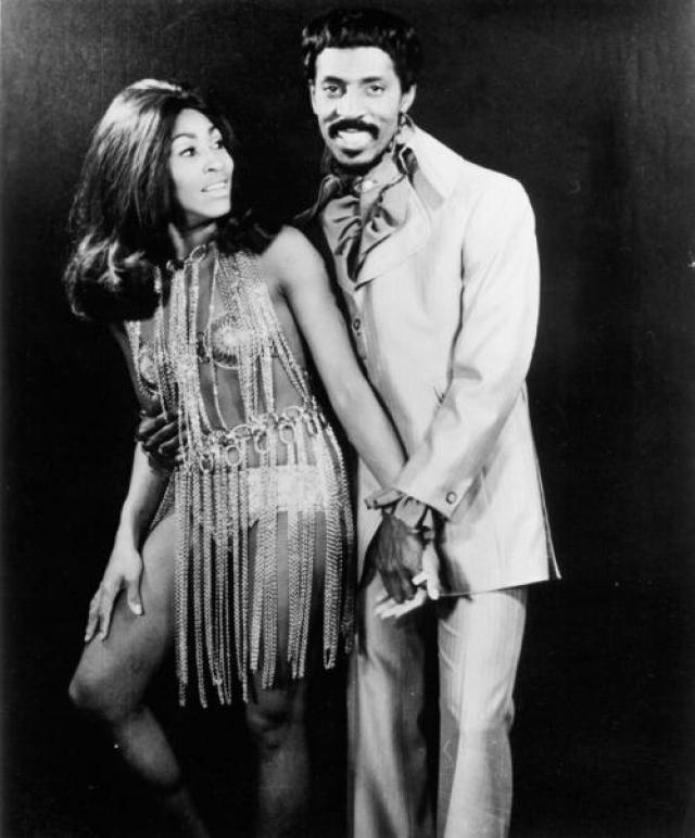 В 1969 году Тина Тернер позировала с тогдашним мужем Айком в декоративном бюстгальтере, который был похож на костюм героини «Барбареллы» - научно-фантастического фильма, вышедшего за год до этого.