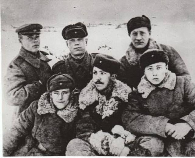 Тогда Никулин рассказал Герману, что во время блокады они слепли от авитаминоза и голода, поэтому в расчете у пушки был один зрячий, а остальные слепые. Зрячий и вел их на позиции, где они стреляли.