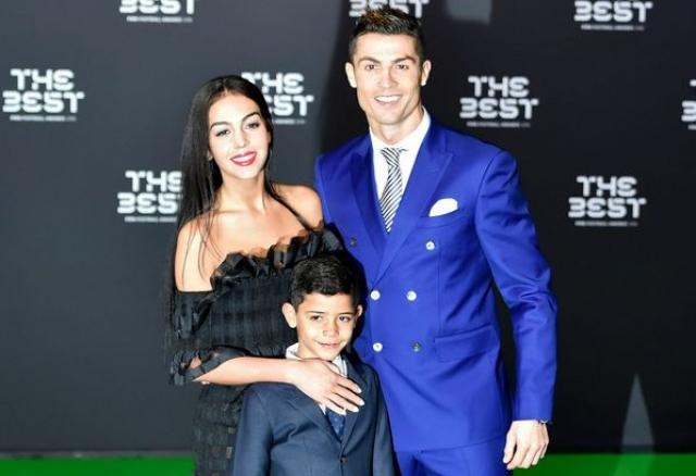 Роналду и Джорджина Родригес. В начале этого года футболист впервые вывел в свет свою новую возлюбленную. А через месяц после этого пара и вовсе объявила о помолвке.