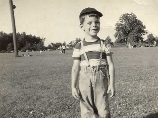 Стивен Кинг. Когда Стивену было всего несколько лет, отец бросил семью, и матери пришлось тянуть двоих детей в одной.