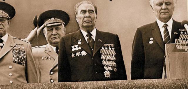 """Брежнев имел в арсенале более ста различных наград, в том числе международных. Среди них были четыре """"Золотые звезды"""" Героя Советского союза и Герой социалистического труда."""