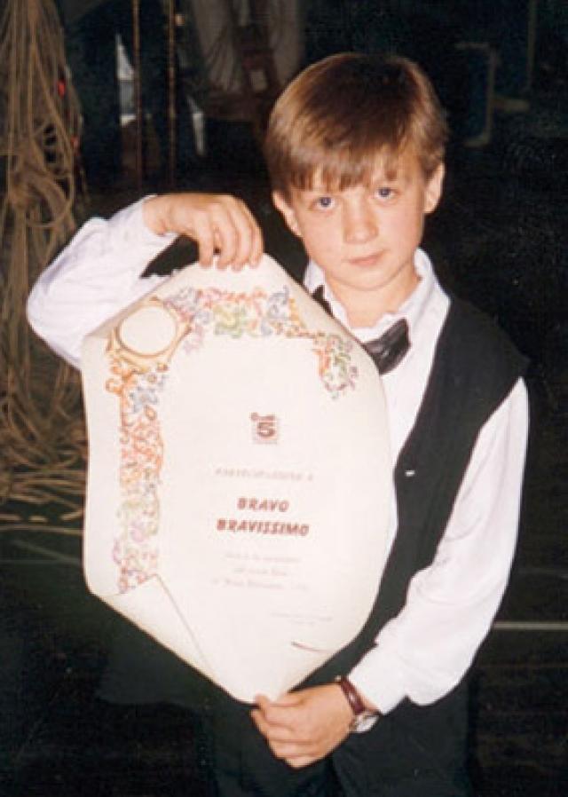 """Уже в пятилетнем возрасте Влад успешно прошел прослушивание в ансамбль """"Непоседы"""", где в общей сложности провел десять лет."""