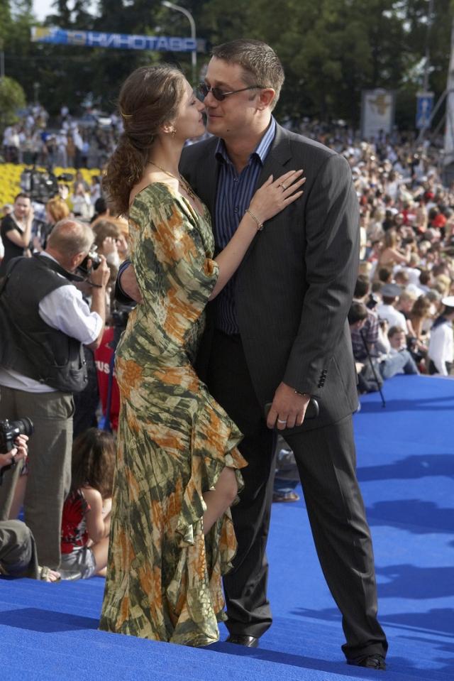 """В 2008 году на съемках сериала """"Офицеры-2"""" в Тунисе Алексей из ревности поднял на девушку руку, после чего Анастасия ушла от него."""