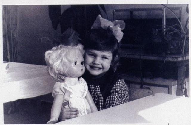 Наталья Водянова. Будущая супермодель появилась на свет 28 февраля 1982 года в Нижнем Новгороде. Семье пришлось нелегко, так как мама одна занималась воспитанием троих дочек.