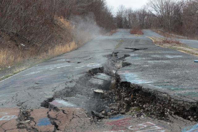 Город Сентрейлия, Пенсильвания. 50 лет назад в американском городке начался подземный пожар, который продолжает пылать до сих пор. Численность жителей уменьшилась с 1000 человек (1981 год) до 7 человек (2012 год).