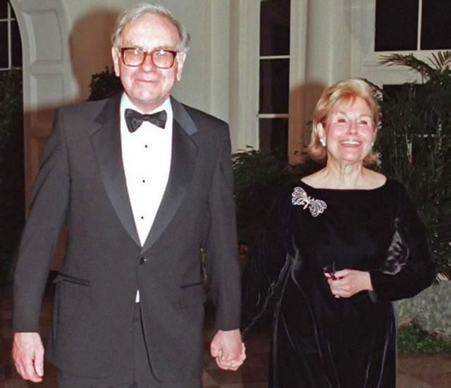 Между тем женщина непереставляла быть другом для Баффета. Она ж познакомила инвестора с Астрид Менкс, с которой миллиардер с тех пор состоял в близких отношениях. Астрид - уроженка Латвии, всю жизнь прожившая в Штатах.