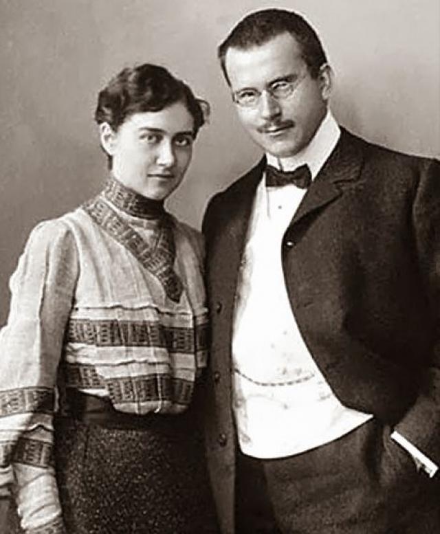 Карл Юнг. Великий ученик Фрейда был женат только один раз и прожил со своей законной супругой больше пятидесяти лет. Эмма Раушенбах подарила мужу четырех дочерей и сына.