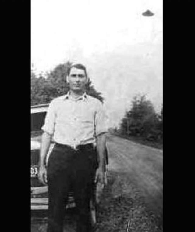 Фото, сделанные в Санкт-Париж, Огайо еще в 1932 году. Снимок Джорджа Сатана показывает неопознанный летающий объект на заднем фоне.