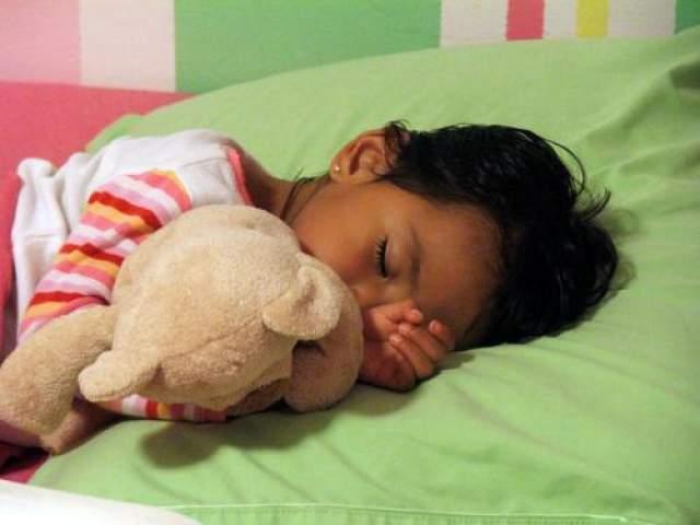 Когда ваши дети уснут, переложите их в кроватки друг друга.
