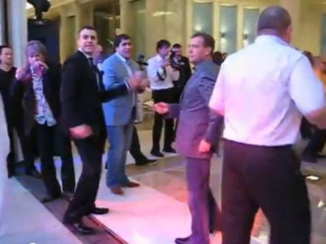 Гарик Мартиросян и Дмитрий Медведев. Эпичный танец на выпускном юрфака ЛГУ был снят в 2011 году, когда Медведев побывал президентом России.