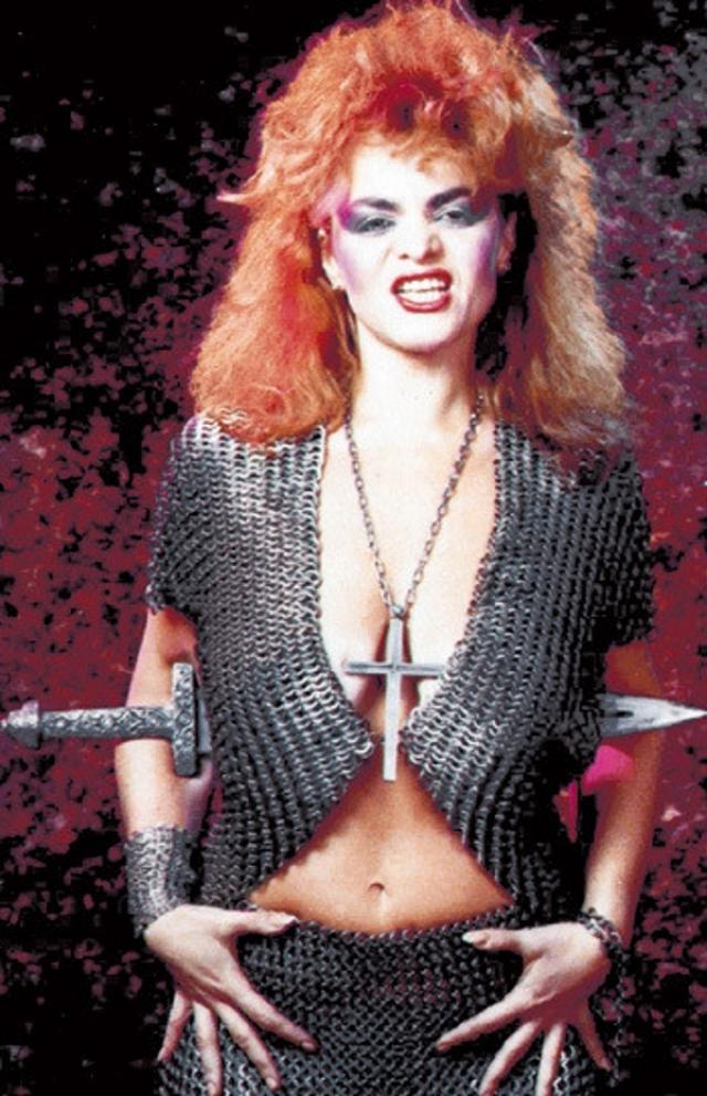 Еще один образ певицы, типичный для 90-х.