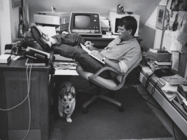 """Кабинет Короля Ужасов Стивена Кинга , разместился на чердаке. В своем романе """"Как писать книги"""" он рассказывает, что специально поставил рабочий стол не в центре, а в углу, чтобы напоминать себе о том, что как бы увлекательно ни было работать без перерывов ради любимого дела, писательство не должно находиться в центре жизни, это всего лишь ее часть."""