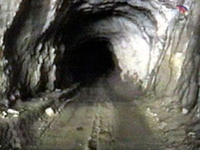 Более ста человек почти 18 лет считаются пропавшими без вести, у них нет могил, никто не обнаружил их останки. На фото: когда велись поиски, по таким туннелям люди пытались пробиться сквозь лавину.