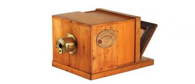 Фотокамера. Считается, что первый фотоаппарат был изобретен между 1826 и 1827 годами: Жозефу Ньепсу удалось сохранить изображение с помощью асфальтного лака и стекла.