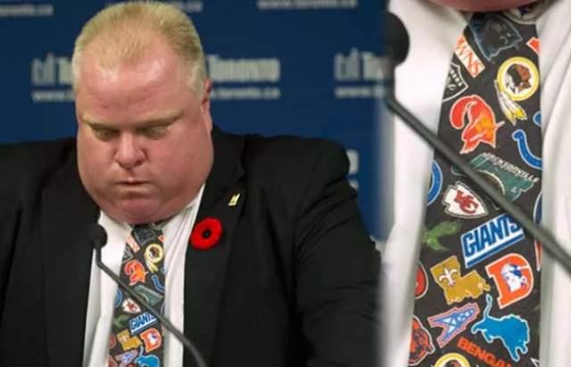 """Галстук экс-мэра Торонто Роба Форда. Он был на нем в тот день, когда сознался в курении крэка на пресс-конференции 2013 года. Аксессуар ушел с молотка за 1445$ в 2015 году. На так называемом """"крэк-галстуке"""" были размещены логотипы нескольких команд НФЛ."""