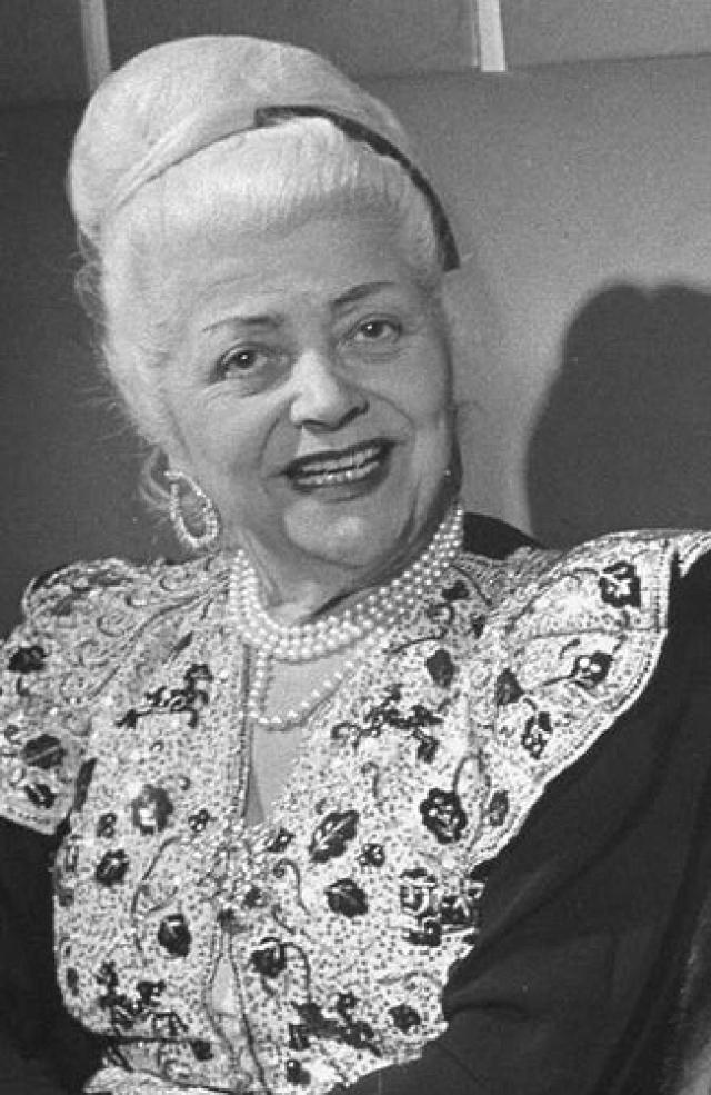 В 1908 Нина поступила на работу в дом моды Рафэн в качестве дизайнера, провела там 20 лет и стала партнером по бизнесу. Лишь в 1932 году в возрасте 50 лет мадам Риччи вместе с сыном Робертом открыла собственный дом моды в Париже.