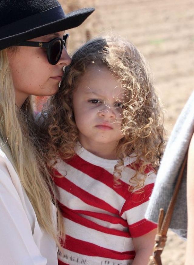 Круглые суммы девушка зарабатывает и сотрудничая со СМИ: Николь продала снимки своей дочки Харлоу за миллион долларов.