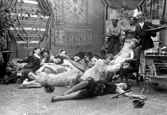 """Опиумная вечеринка 1918 года. Это не настоящая опиумная вечеринка. Фотография - это кадр из старого немого французского фильма под названием """"Dandy-Pacha"""" режиссера Жоржа Ремона."""